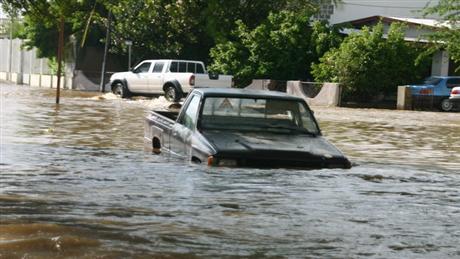 Haci uzo di auto den camindo inunda