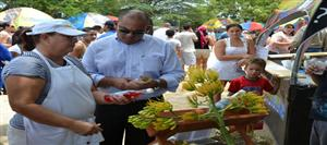 Minister Oduber in gesprek met lokale producent