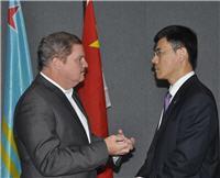 Premier Mike Eman in gesprek met vertegenwoordiger PetroChina