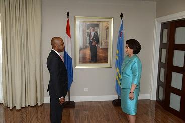 Belofteaflegging mr. E.H.J. (Eugène) Martis ten overstaan van de wnd. Gouverneur van Aruba, mw. Y.V. Laclé-Dirksz als nieuw lid van de Raad van Advies.