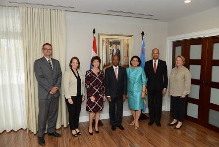 Secretaris RvA mr. A. Braamskamp,  Minister President van Aruba, mr. Evelyn Wever-Croes, mr. Maura Brown (echtgenote mr. Martis), mr. E.H.J. (Eugene) Martis, wnd. Gouverneur van Aruba, mw. Y.V. Laclé-Dirksz, voorzitter RvA,  mr. F. Goedgedrag en mr. dr. H.A. van der Wal, adjunct-secretaris RvA.