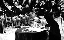 Koningin Juliana ondertekent het Statuut