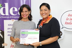 The Minister of Finance, Economic Affairs and Culture, mr. Xiomara Ruiz-Maduro hands over the best graduate Monica E. Oduber with her certificate.